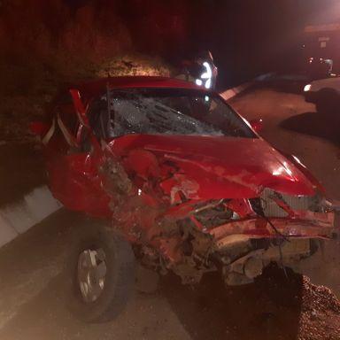 Homem fica ferido em acidente envolvendo carro e caminhão no interior do município de Vargem