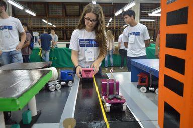 Natália Camarotto de 15 anos, aluna de Usinagem no SENAI Joaçaba,