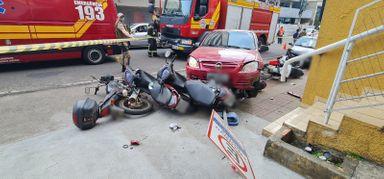 Teve sorte: vídeo mostra que por pouco homem não é atingido por carro após acidente no centro de Joaçaba