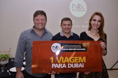 Representante da Filiaço entregando o prêmio do 2º lugar - Viagem para Dubai - Taís Ferlin