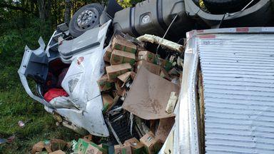 Motorista conseguiu sair da cabine com ferimentos leves