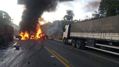 Uma pessoa morre em acidente com cinco caminhões na BR-476