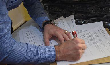 Assinatura do documento de repasse das mercadorias