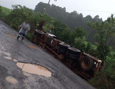 Caminhão que transportava leite tomba na SC 467, que liga Jaborá e Ouro