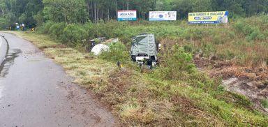 Motorista fica ferido após carreta sair da pista na BR 282 em Joaçaba
