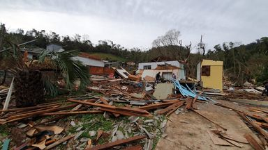 Casa que elas moravam ficou destruída.
