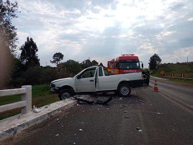 Carro quase cai de ponte após acidente na BR 282 em Campos Novos