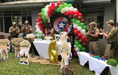 A menina é fã da PM e pediu para seus pais que a festa fosse em homenagem à instituição
