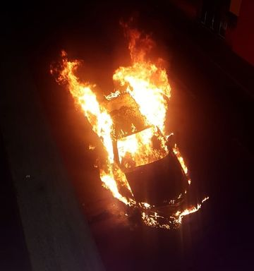 Assista! Carro pega fogo no centro de Herval