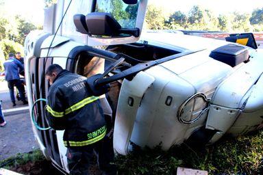 Assista! Após mais de uma hora e meia motorista e resgatado das ferragens de caminhão que tombou na BR-282