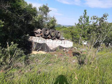 Carreta sai da pista na BR 282 em Erval Velho