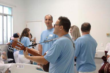 Grupo Cantadores da Vida alegra e emociona pacientes do HUST