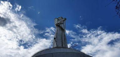 Vento arranca parte do cajado da estátua de  Frei Bruno