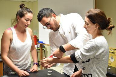 Fisioterapeuta Vinícius Rosatti Giacomini Ribeiro durante uma demonstração prática