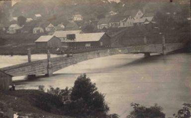Ponte Emílio Baungart com o Rio do Peixe cheio.