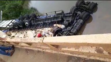 Motorista morre após carreta cair de uma ponte