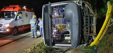 Grave acidente entre veículo e ônibus é registrado na BR-282 em Joaçaba