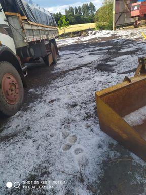 Acumulo de granizo na pista após chuva impressiona motoristas que trafegam pela BR 282