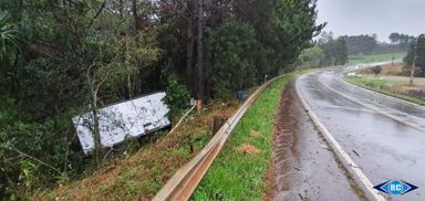 Caminhoneiro sofre mal súbito, sai da pista e cai em barranco na SC-467