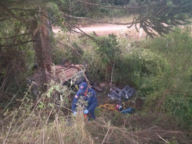 Homem morre após carro sair da pista e bater em árvore na SC 355