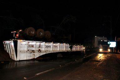 Desmoronamento soterra borracharia carreta e provoca acidente em Luzerna