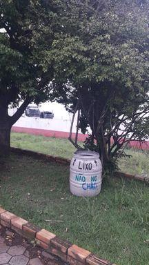 Moradora de Herval se cansa de ver lixo jogado no chão, coloca lixeiro em local público e ele é furtado