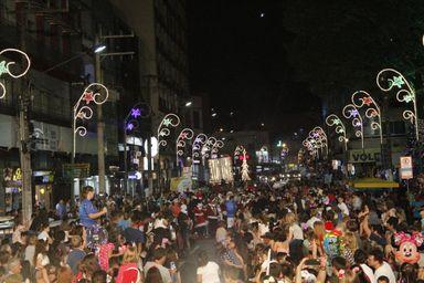 Abertura do Natal em Joaçaba tem Chegada do Papai-Noel e show com grupo Circo de palco