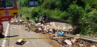 Caminhão tomba na SC 135, entre Videira e Pinheiro Preto