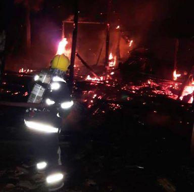 Produtor sofre queimaduras ao salvar animais em incêndio em barracão