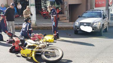 Assista! Motociclista fica ferido em acidente na Duque de Caxias