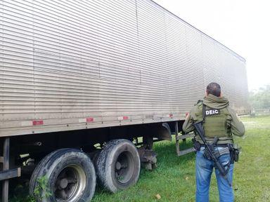 Caminhão carregado de salmão foi recuperado logo após o assalto; suspeitos foram presos — Foto: Polícia Civil/Divulgação