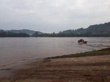 Barco que transportava estudantes entre SC e RS vira em rio e jovem desaparece