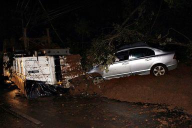 Carro que Aloir estava bateu contra a montanha de terra que se desprendeu da encosta.
