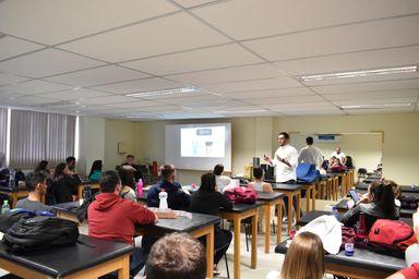Professores Francesco Omarini e o fisioterapeuta Vinícius Rosatti Giacomini Ribeiro ministrando o curso no AMU