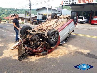 Motorista abandona veículo após capotar em Capinzal