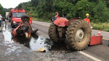 Trator parte ao meio em acidente envolvendo uma  motocicleta