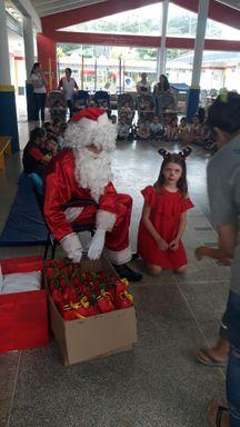 Justiça Federal de Joaçaba realiza entrega de brinquedos feitos com caixas de leite para a creche Rita Petry