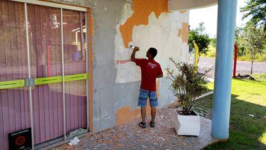 Voluntários doam suas horas de descanso para dar nova vida a creche de Joaçaba através da pintura