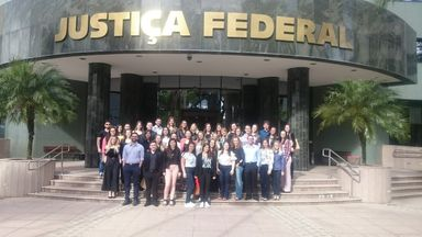 Grupo visitando a Justiça Federal do Paraná