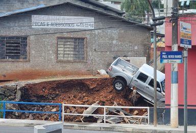 Caminhonete quase vai parar dentro de rio após desmoronamento em Capinzal