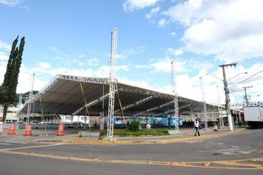 Arena do Carnafolia e estrutura para os desfiles na Avenida XV estão sendo montadas