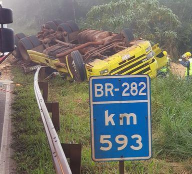 Caminhão tombou na BR-282 em trecho de curva sinuosa — Foto: PRF/ Divulgação