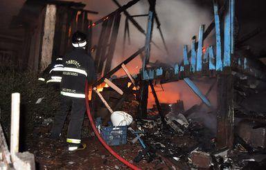 Incêndio sem explicação deixa casa destruída em Caçador