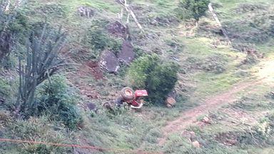 Trator agrícola desce ribanceira de mais de 50 metros no interior de Arabutã