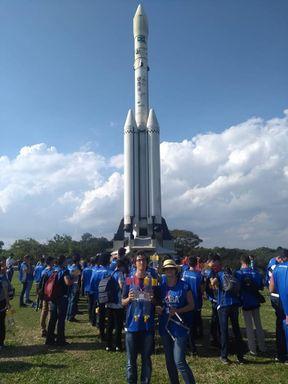 Henrique Duran em visita ao Memorial Aeroespacial Brasileiro; ao fundo réplica em tamanho real do foguete brasileiro VLS-1