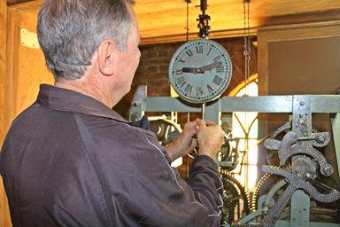 """""""Seu Italiano"""" e o cuidado com o relógio da Igreja Matriz"""