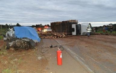 Três adultos e uma criança morrem em acidente entre carro e caminhão