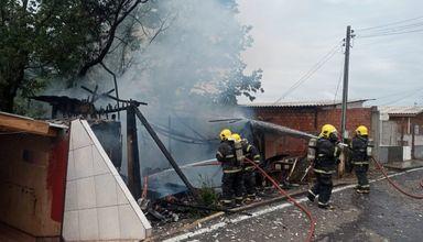 Casa é consumida por incêndio em Videira