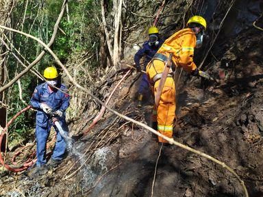 Bombeiros combatem o incêndio que estava gerando fumaça com mau cheiro em Joaçaba