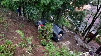 Carro com quatro pessoas cai em ribanceira no bairro Boa Vista